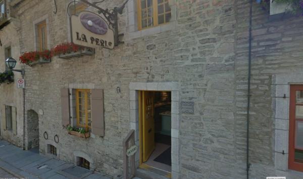 Maison, sise au 27, rue Sous-le-Fort. Remarquez le passage voûté, appelé Passage de la Batterie, menant discrètement à l'arrière des maisons. (Source : Google StreetView) Restaurée en 1973 à partir d'une gravure de Jean-Baptiste Franquelin en 1688. (Source : Lebel, Jean-Marie. Le Vieux-Québec. Guide du promeneur, Sillery, Septentrion, 1997, p. 49)