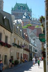 Maison Couillard de Lespinay. Vers le fleuve : la rue Saint-Pierre et la batterie royale. Vers la falaise : le funiculaire, le Château Frontenac. (Source : Juillet 2007 - Diego - Google Map Photos)