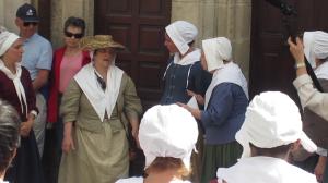 Monique Picard, alias Louise Gargotin, nous raconte son histoire lors d'un tableau vivant face à l'Oratoire, à La Rochelle, le 15 juin 2013. (Source : Collection Guy Perron)