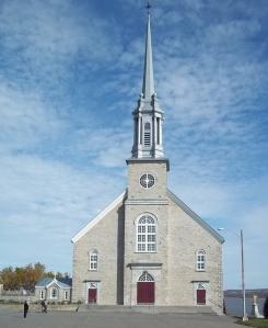 Église de la paroisse La Visitation-de-Notre-Dame à Château-Richer (Source : http://www.cimetieresduquebec.ca/quebec)