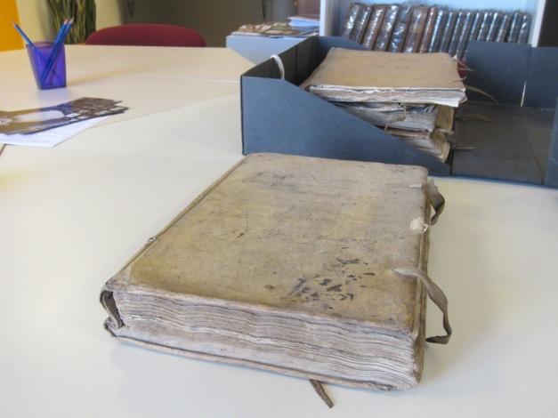 Registres des audiences de la police conservés dans les archives municipales de la Ville de La Rochelle. (Source : Collection Guy Perron)