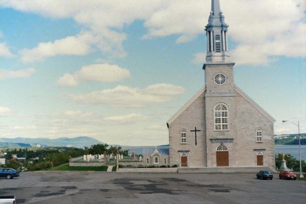 L'église (1866) et le cimetière (vers 1660) de Château-Richer. (Source : http://marinboucher.blogspot.ca/)