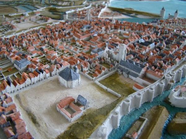 Le Grand Temple se situait au sud-est de la place du Château. (Source : Plan-relief de La Rochelle en 1628. www.kleioscope.fr)