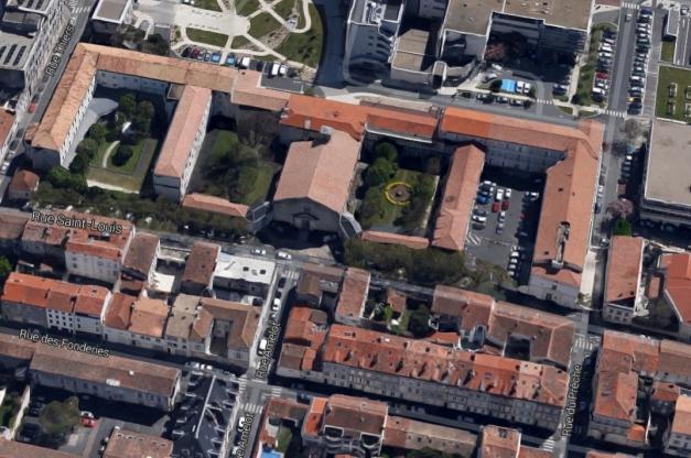 Aujourd'hui, c'est la chapelle de l'hôpital Saint-Louis qui occupe à peu près l'emplacement du temple de la Villeneuve.   (Source : GoogleEarth)