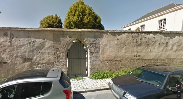 La porte du jardin de l'hôpital Saint-Barthelémy sur la rue Pernelle. (Source : Google Street View)