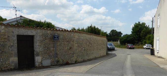 L'impasse du Château de Dompierre, à l'angle de la rue du Poitou (Sainte-Soulle). (Source : Collection Guy Perron)