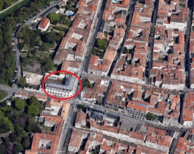 La Banque de France occupe aujourd'hui l'emplacement de l'ancien cimetière RPR. (Sources : Google Earth. Père B. Coutant, La Rochelle, essais sur la naissance d'un quartier 1628-1689, La Rochelle, s.é., cahier no 1, s.d., p. 14)