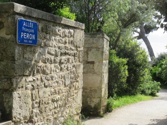 Entrée de l'Allée François Peron du côté de la rue de la Sauvagère. (Source : Collection Guy Perron)
