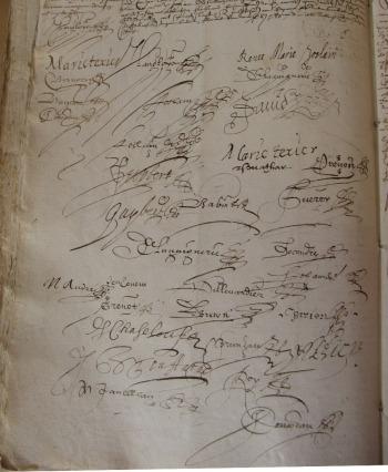 Signatures apposées au bas du contrat de mariage entre Jean Langlois et Renée-Marie Joslain. 6 mai 1626. (Source : AD17. Notaire Jacques Cousseau. Registre 3 E 223, fol. 67v. 6 mai 1626)