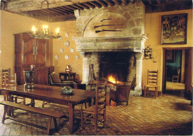 Salle à manger Saintongeaise, poutres peintes sous Henri IV. (Source : Pierron (Europ) 2059, 1970-1991. Clr, 15x10)