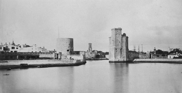 Les tours de la Chaîne et Saint-Nicolas peu avant leur restauration. 1873. (Source : http://gallica.bnf.fr/ark:/12148/btv1b12000872/f1.item)