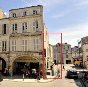 Emplacement de la maison-étude de Jean Langlois (encadré rouge), démolie en 1902. Rue des Merciers, La Rochelle. (Source : www.mappy.com)