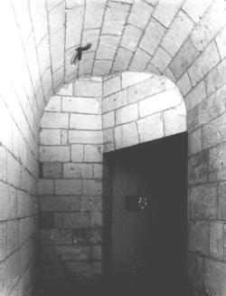 Couloir d'entrée des prisons au rez-de-chaussée du corps principal. (Source : Inventaire topographique de la vieille ville de La Rochelle. 1990)